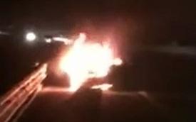 Xe sang Lexus cháy như đuốc trên cao tốc Hà Nội - Hải Phòng