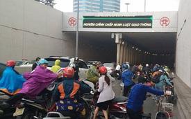 Dính dầu loang, xe ngã la liệt tại hầm Kim Liên