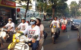 Đoàn Vespa cổ chở du khách thu hút sự chú ý tại Sài Gòn