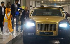 Bầu Hiển dùng Rolls-Royce Ghost mạ vàng để đưa đón đại diện Barca