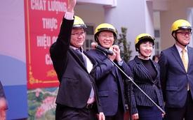 Xem ông Khuất Việt Hùng nhảy múa cùng học sinh tiểu học