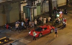 Hàng chục người vây quanh Ferrari 458 Spider đầu tiên tại Việt Nam