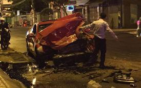 Sài Gòn: Hyundai Genesis Coupe độ cửa cắt kéo tông vào xe tải nát đầu