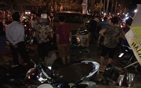 Lexus LX570 mất lái lao vào quán nước, 5 người bị thương