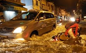 Mưa lớn kết hợp triều cường gây ngập nặng ở Sài Gòn, nhiều người té ngã giữa biển nước
