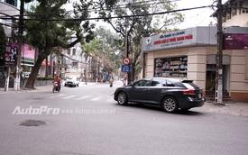Chú ý biển cấm ô tô mới cắm trên phố Yec Xanh