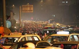 Mưa tầm tã, kẹt xe kinh hoàng cửa ngõ sân bay Tân Sơn Nhất