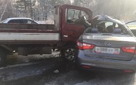Kinh hoàng cảnh Kia Rio mất lái bị xe tải đâm bẹp rúm