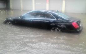"""Hà Nội: Đường chìm trong """"biển nước"""", Mercedes S63 AMG """"chết đuối"""""""