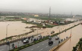 Hà Nội biến thành sông sau trận mưa lớn, hàng loạt ô tô bị ngập nước