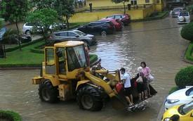Đây là cách vận chuyển người trong những ngày mưa ngập tại Hà Nội