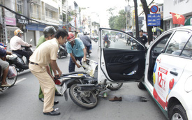 Tông vào cửa taxi, cô gái trẻ bị đứt gân chân