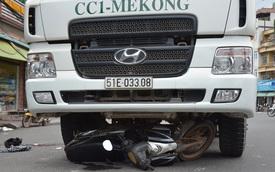 Đứt gần lìa bàn chân sau va chạm với xe trộn bê tông