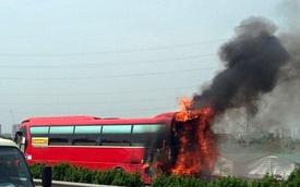 Hà Nội: Xe khách 45 chỗ bất ngờ cháy rụi, hàng chục hành khách tháo chạy