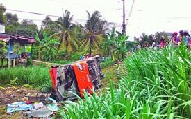 Xe khách Phương Trang lao ruộng, hành khách đập cửa thoát thân