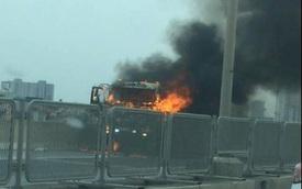 Hà Nội: Xe tải cháy lớn, đường vành đai 3 trên cao ùn tắc kéo dài