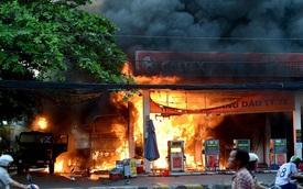Hiện trường vụ cháy cây xăng ở Sài Gòn khiến hàng chục xe máy bị thiêu rụi