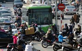 Buýt nhanh BRT bị xe máy 'chặn' đầu khi chạy thử nghiệm