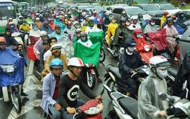Sài Gòn mưa lớn sáng đầu tuần, người dân vật vã đến công sở vì kẹt xe khắp nơi
