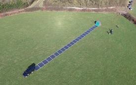 Xem 60m2 pin năng lượng mặt trời cuộn tròn trong 1 ô tô