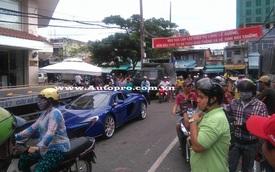 """Người dân Sài Gòn vây quanh cặp siêu xe đồng màu 48 tỷ Đồng của Minh """"Nhựa"""""""