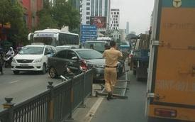 """Sài Gòn: Nữ tài xế mất lái """"hạ gục"""" hàng rào chắn giữa đường"""