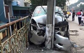 Quảng Ninh: Tông vào cột điện Toyota Innova nát đầu