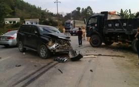 Lạng Sơn: Va chạm với xe ben, Toyota Land Cruiser Prado nát đầu