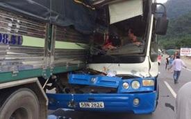 """Tài xế xe tải dìu xe khách mất phanh được cư dân mạng phong làm """"Người hùng"""""""