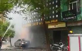 Hà Nội: Cháy lớn tại quán karaoke, Mazda3 đỗ bên dưới bị vạ lây