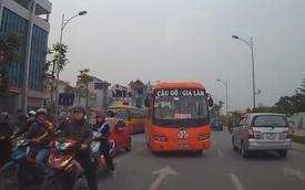 Xe khách Bắc Giang dừng chờ đèn đỏ ở làn đường ngược chiều