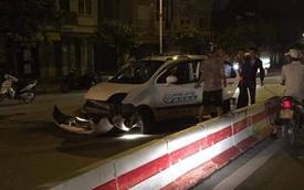 Hà Nội: Xe taxi va chạm dải phân cách hai người bị thương nặng