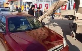 Người đàn ông đổ bê tông vào nội thất ô tô của vợ để trả thù