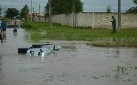 """Toyota Fortuner 2017 lật ngang và """"chết đuối"""" trên đường ngập nước"""