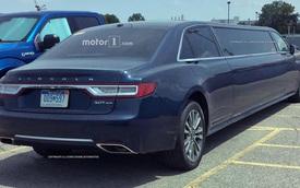 """Lincoln Continental Limousine bất ngờ bị """"tóm gọn"""" trong bãi đỗ xe"""
