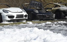 12 chiếc xe sang Porsche của một đại lý bị phóng hỏa đốt cháy