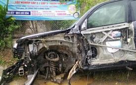 Va chạm với xe container, Toyota Land Cruiser bị xé rách cửa và rụng bánh tại Hà Giang