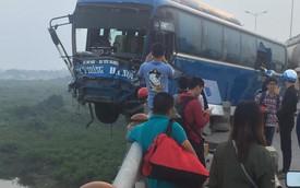Xe khách nằm chênh vênh trên cầu Thanh Trì, suýt rơi xuống sông Hồng khiến hàng chục người hoảng loạn