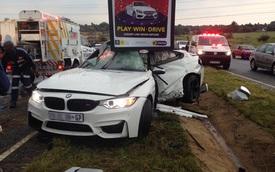 Va vào cột biển quảng cáo, BMW M4 bị gập đôi sườn xe