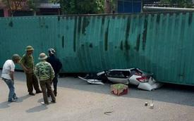 Nam Định: Xe container lật ngang, đè nát Toyota Yaris, ít nhất 2 người tử vong