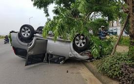 """Ninh Bình: Tông vào gốc cây, Ford Everest """"ngửa bụng"""""""