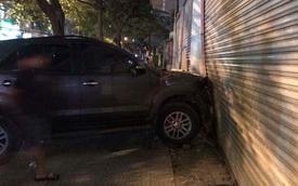 Đà Nẵng: Toyota Fortuner đâm Chevrolet Spark và húc thủng tường bãi giữ xe