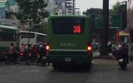 Sài Gòn: Phát hoảng với cảnh xe bus leo vỉa hè để tránh tắc đường
