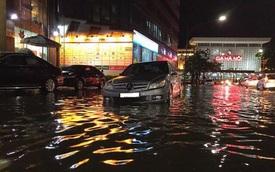 """Hà Nội: Mưa như trút nước vào giờ tan tầm, hàng loạt xe sang """"chết đứng"""""""