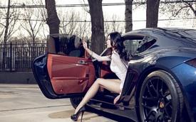 Cô nàng kiêu sa khoe đôi chân dài miên man bên Porsche Cayman