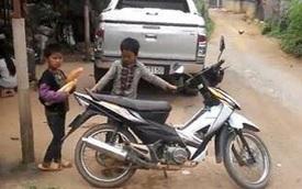 Ngỡ ngàng với trẻ em tự lái xe máy trên vùng cao