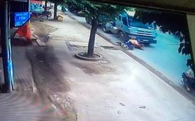 Bình Dương: Ngã trước đầu xe, 2 thanh niên đi xe máy bị container chèn qua người