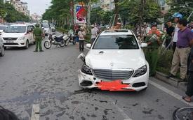 Hà Nội: Lái Mercedes-Benz C250 gây tai nạn liên hoàn, tài xế cố thủ trong xe