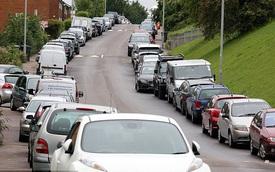 Hàng loạt ô tô đỗ hai bên đường bị đập phá vì chủ nhân tiếc tiền gửi xe trong sân bay khi đi nghỉ hè
