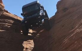 """Choáng với cảnh chiếc Jeep độ leo xuống dốc thẳng đứng """"dễ như ăn kẹo"""""""